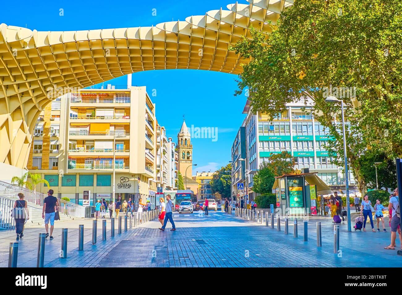 Sevilla, ESPAÑA - 1 DE OCTUBRE de 2019: La construcción del Metropol Parasol encaja bien en el barrio histórico y domina la concurrida calle Imagen, el pasado mes de octubre Foto de stock