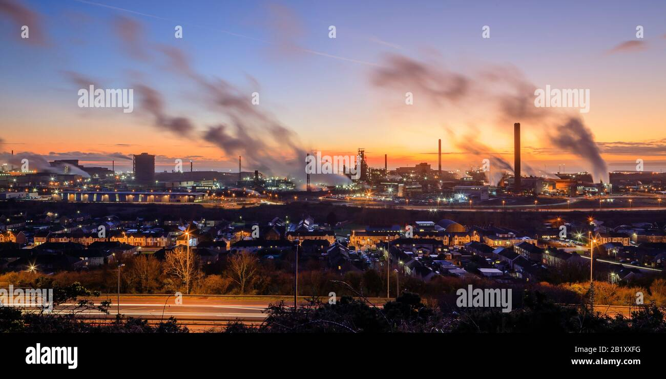 Visión general de las obras de acero de Port Talbot que emiten nubes de vapor en la luz de la noche Port Talbot Swansea Glamourgan Wales Foto de stock