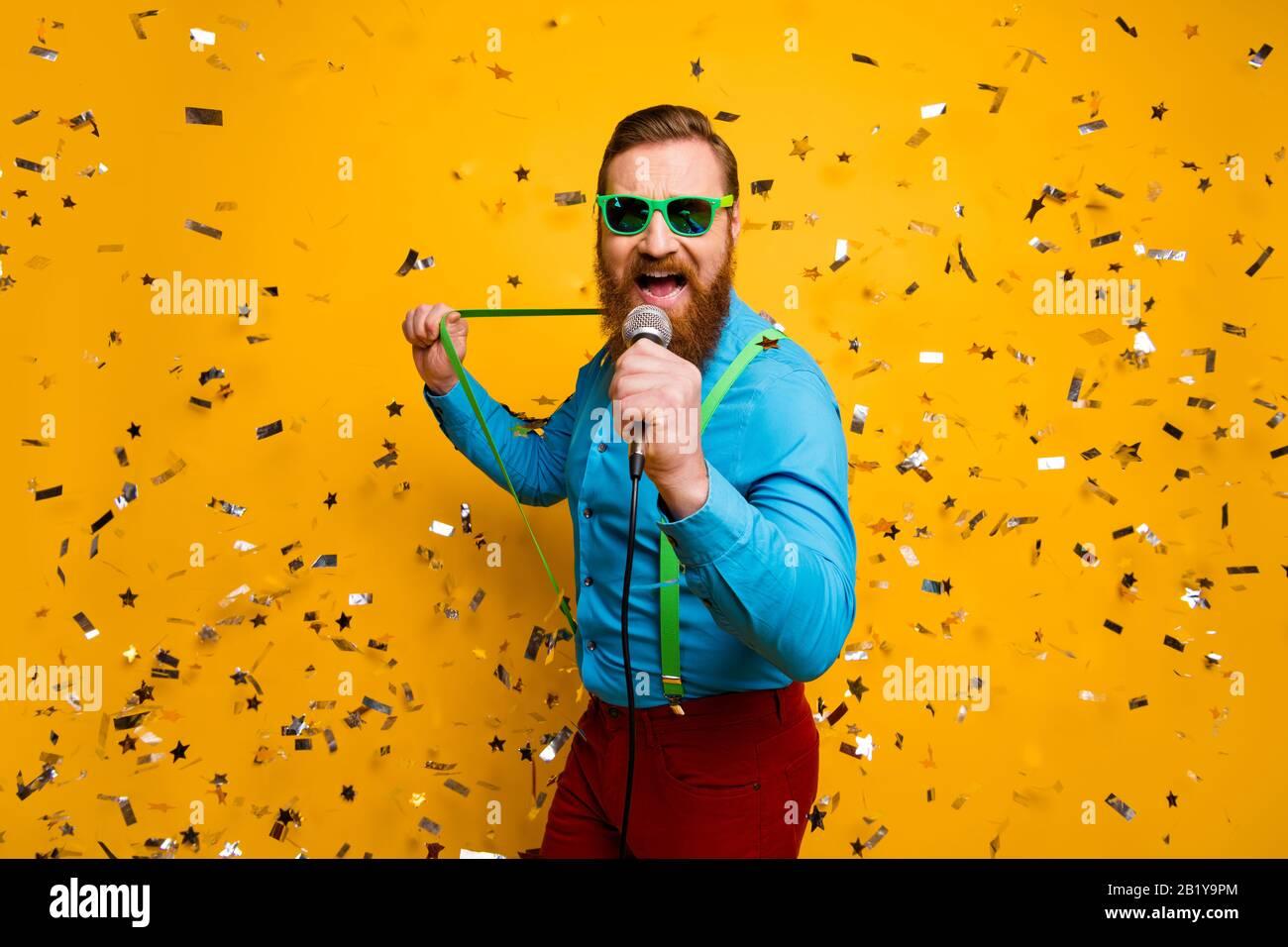 Retrato Salvaje Loco Hombre Realizar Su Unico Exito Disfrutar De Rock And Roll Rendimiento Tirar Verde Tirantes Confetti Caida Ropa Azul Camisa Pantalones Pantalones Fotografia De Stock Alamy