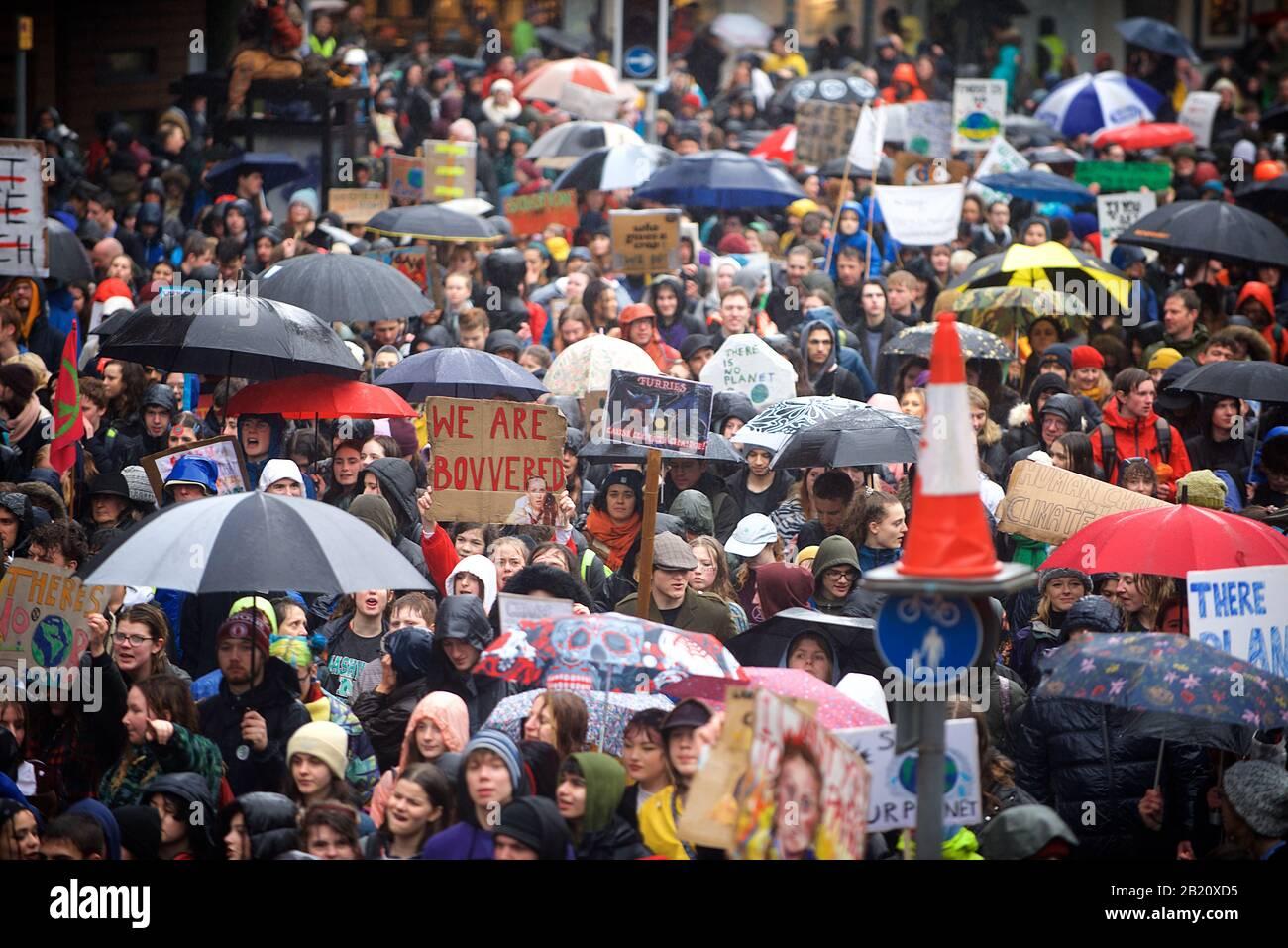 Bristol, Reino Unido. 28 de febrero de 2020. Greta Thunberg asiste a la huelga Escolar en Bristol con más de 30,000 personas más. La huelga escolar para el clima, AKA Fridays for Future, Youth for Climate and Youth Strike 4 Climate, es un movimiento internacional de estudiantes escolares que toman tiempo libre de clase para participar en demostraciones para exigir acciones para tratar con el crédito de emergencia Climática y Ecológica: Gareth Morris/Alamy Live News Foto de stock