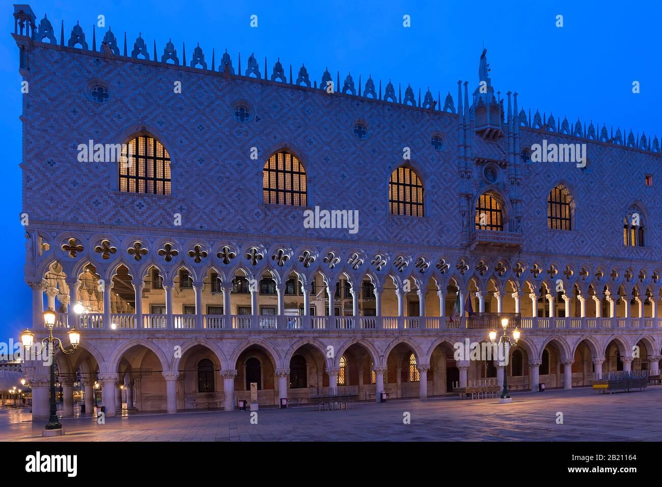 Palacio Ducal iluminado por la noche, Piazza San Marco, Venecia, Veneto, Italia Foto de stock