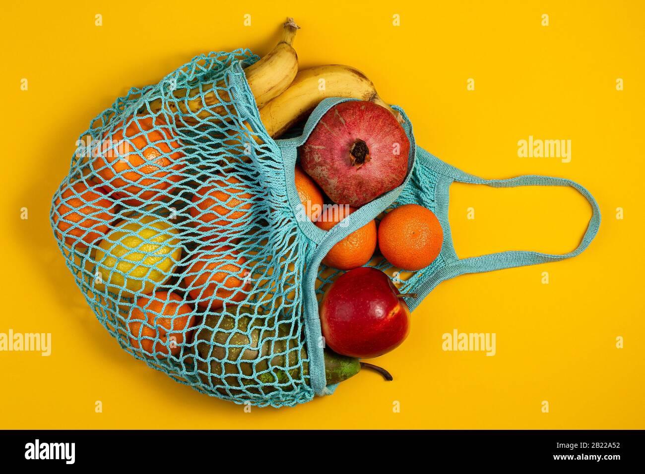 Concepto sin residuos de plástico. Fruta fresca en una bolsa de malla, vista superior con copyspace. Bolsa de compras de malla con frutas. Estilo de vida sostenible Foto de stock