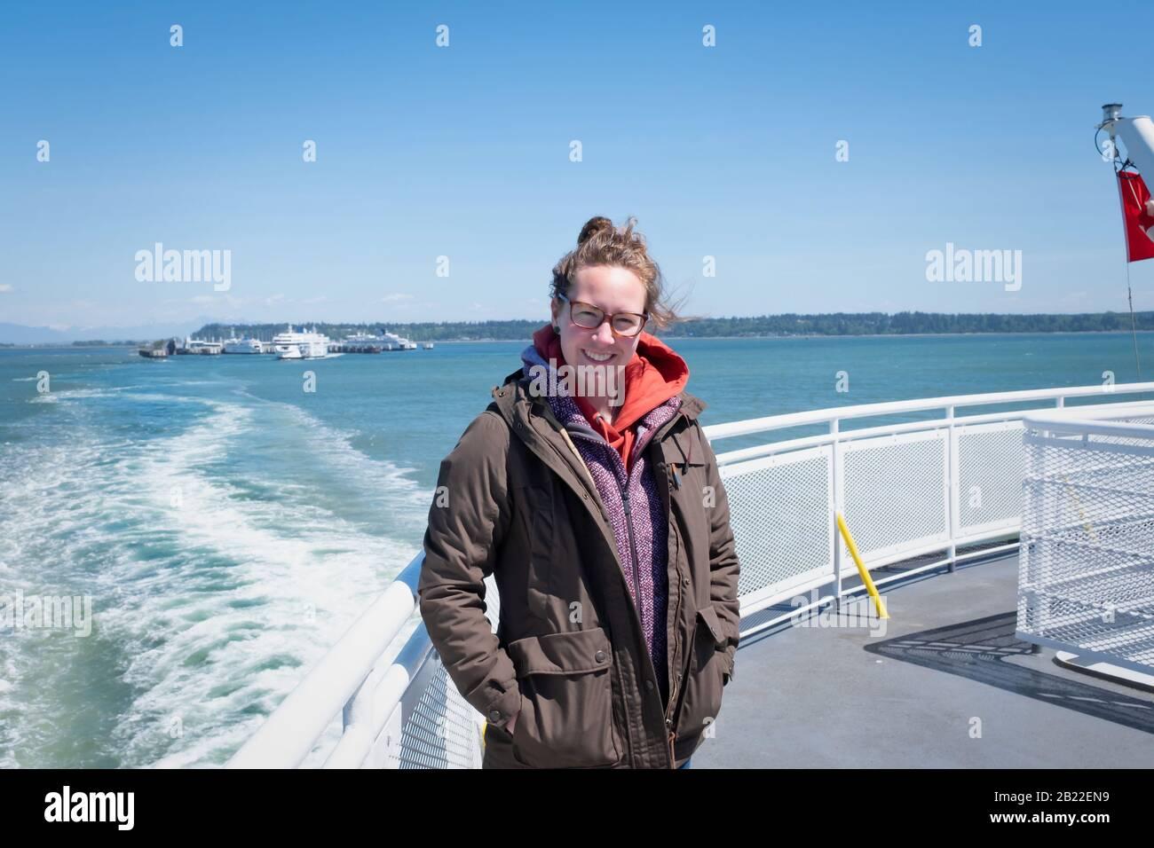 Sonriente joven mujer en el ferry de Vancouver a Swartz Bay, Vancouver Island British Columbia Canadá. Foto de stock
