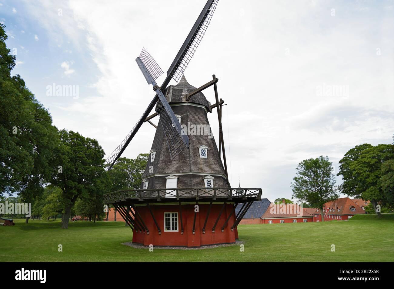 Molino de viento rojo en la fortificación de Kastellet, Copenhague, Dinamarca Foto de stock