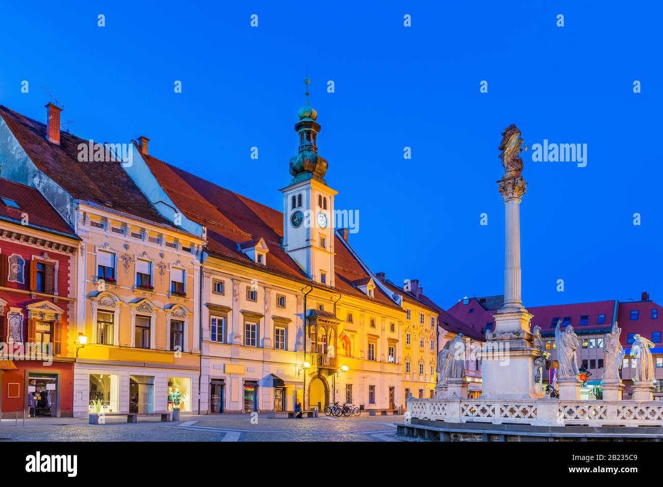 Ayuntamiento y Monumento a la peste en la Plaza Principal de Maribor, Eslovenia. Foto de stock