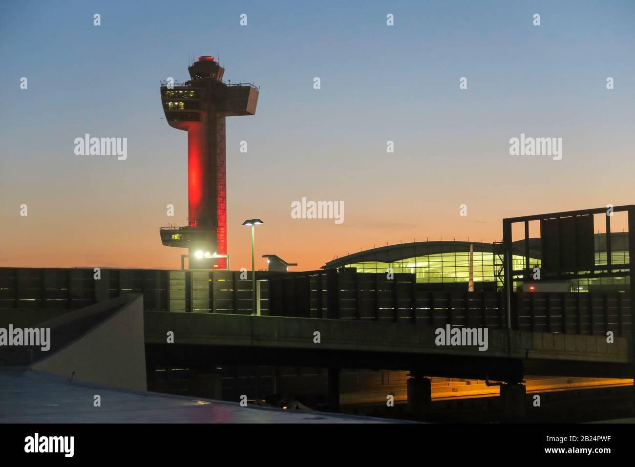 Torre de Control de tráfico aéreo en el Aeropuerto Internacional John F. Kennedy, Nueva York, Estados Unidos Foto de stock