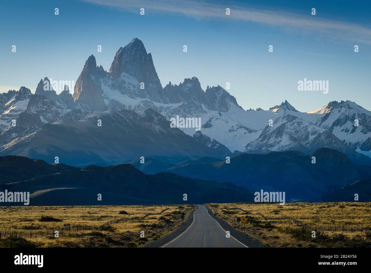 PARQUE Nacional LOS GLACIARES, ARGENTINA - ALREDEDOR DEL 2019 DE FEBRERO: Ruta en la Patagonia cerca de el Chalten en el Parque Nacional los Glaciares en Argentina. Foto de stock