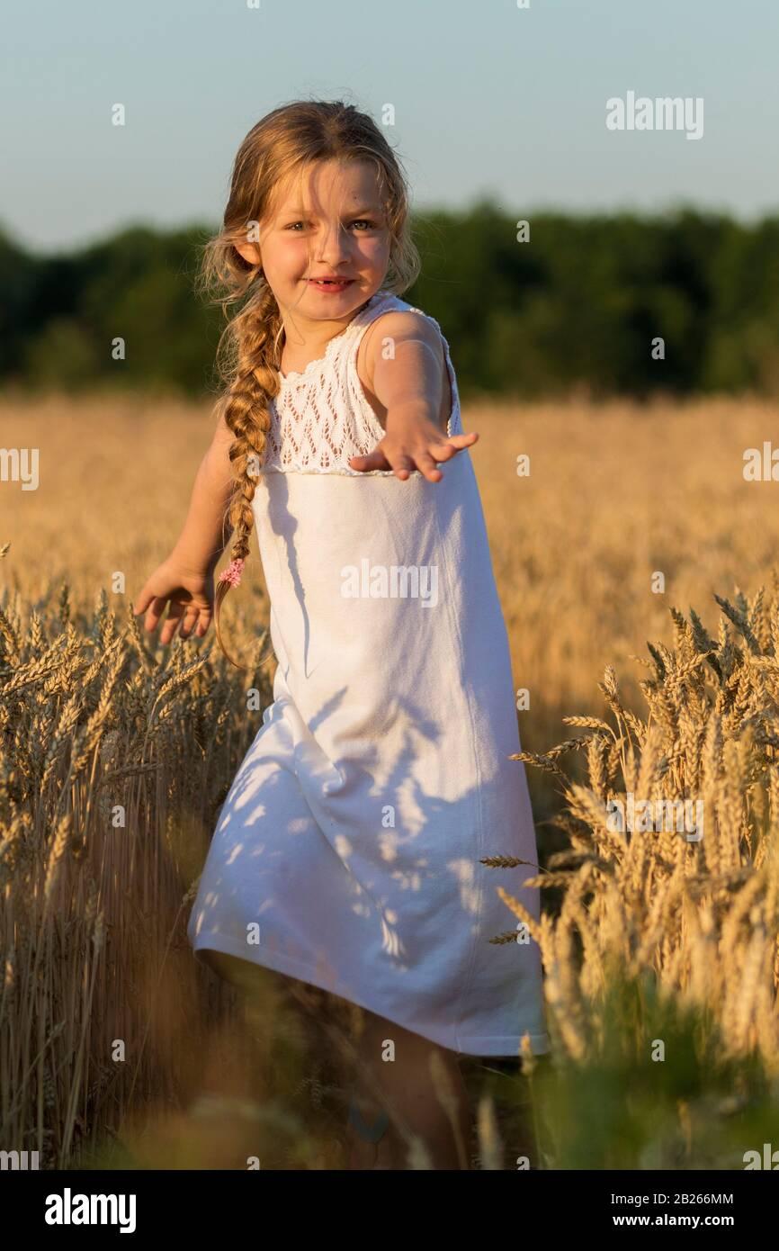 Chica en un campo de trigo Foto de stock