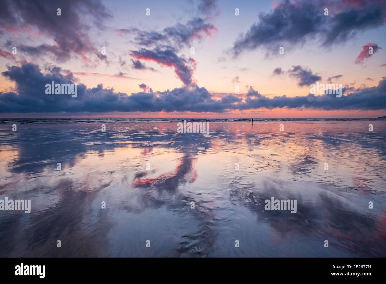 Espectaculares cielos al atardecer sobre la costa de North Devon, brillo romántico, impresionante, costa, mar, costa, reflejos, estilo de vida, horizonte, suroeste, Reino Unido Foto de stock