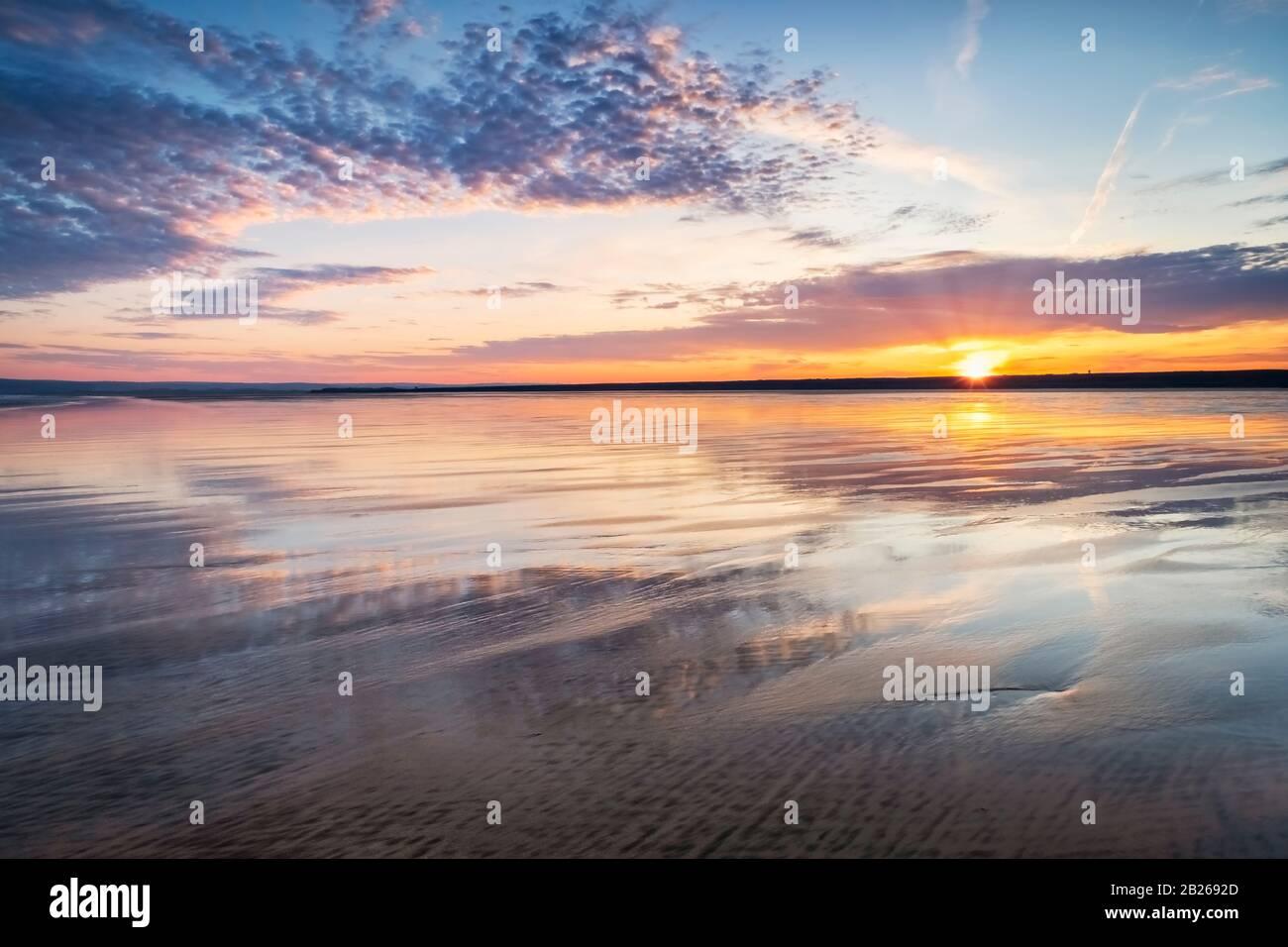 Romántica puesta de sol sobre la playa North Devon, costa, costa, arena, mar, vida costera, estilo de vida, suroeste, costa, impresionante, espectacular, Reino Unido Foto de stock