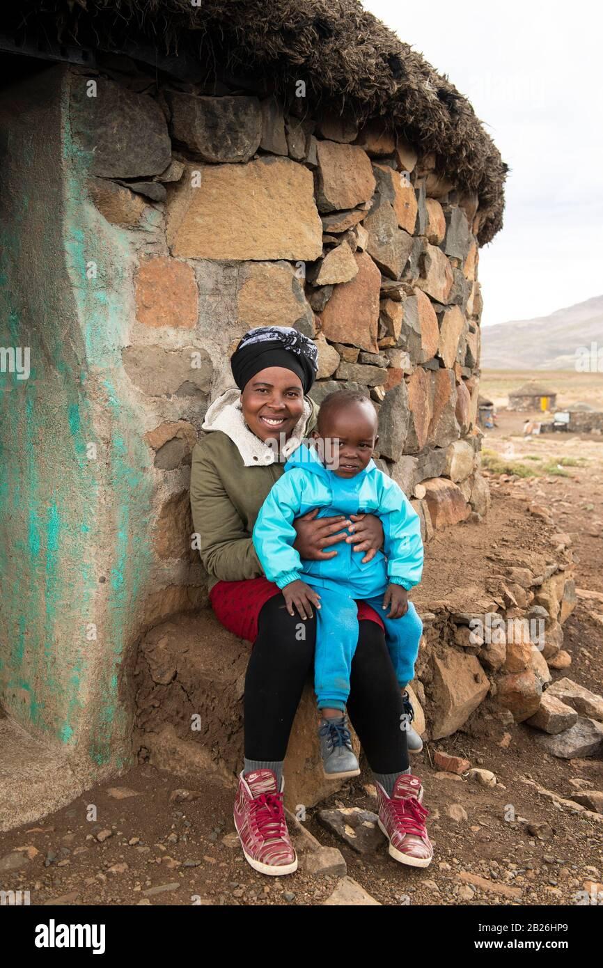 Madre e hijo, aldea basotho, Sani Top, Lesotho Foto de stock