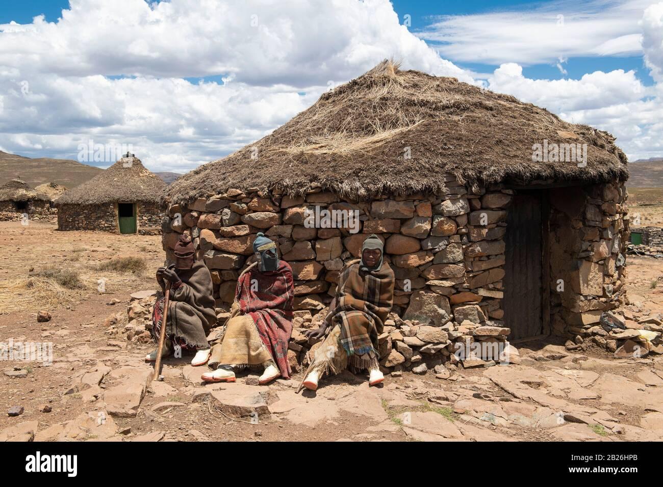 Pastores fuera de una cabaña, pueblo basotho, Sani Top, Lesotho Foto de stock