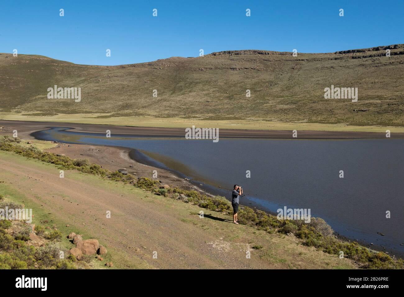 Observador de aves en Lets'eng-la-Letsie, humedal Ramsar, Lesotho Foto de stock