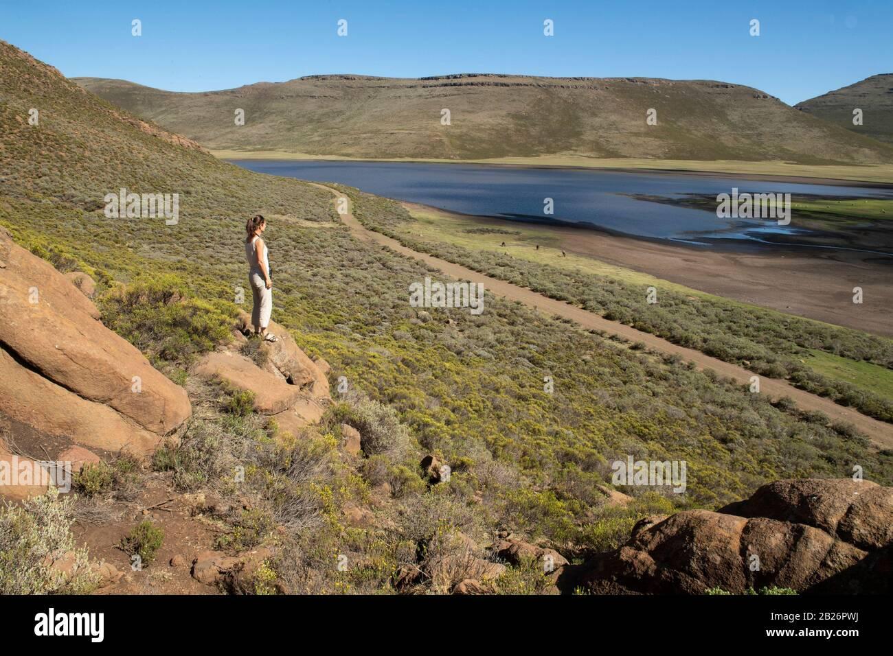 Excursionista con vistas A Lets'eng-la-Letsie, humedal Ramsar, Lesotho Foto de stock