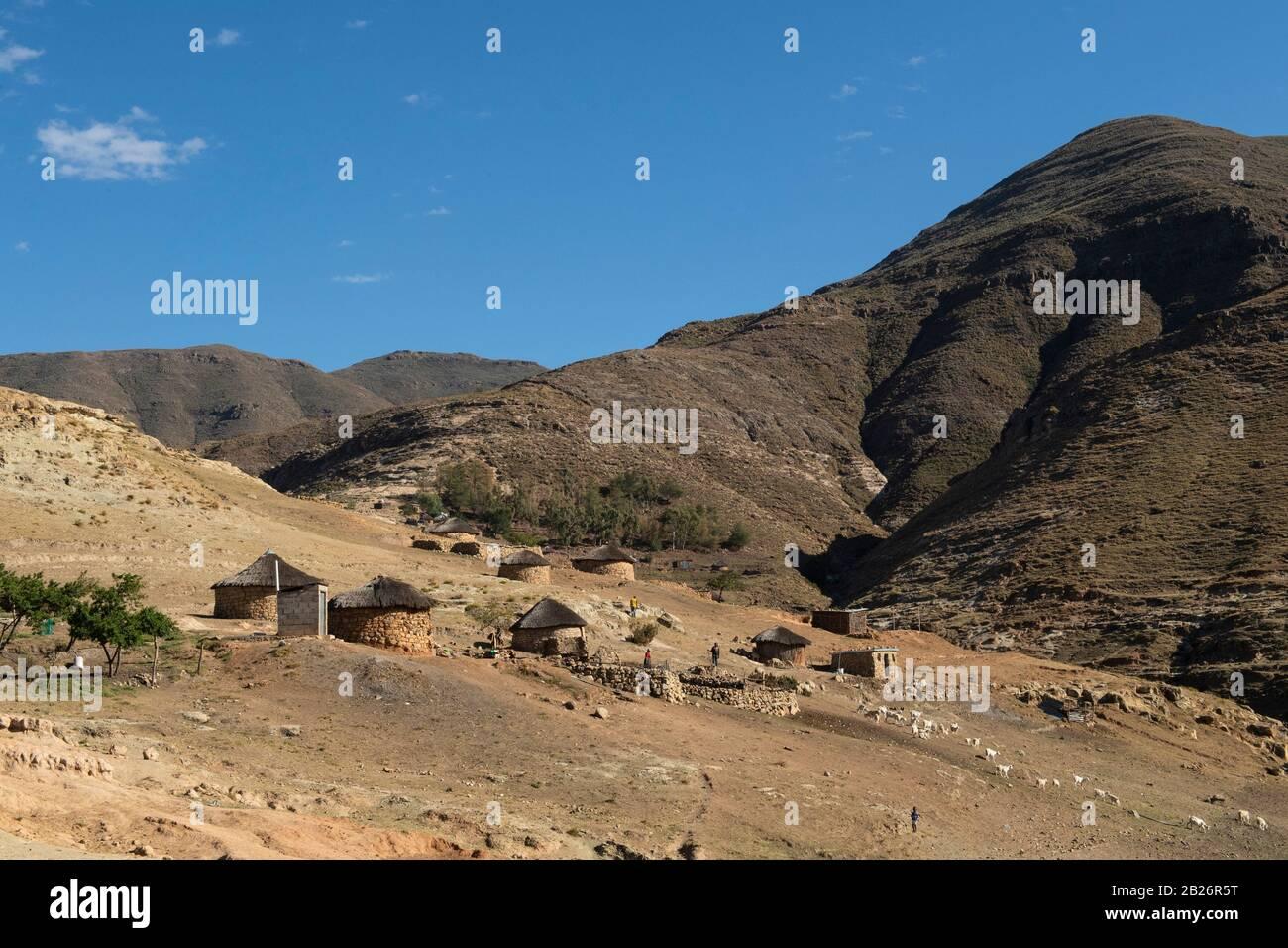 Pueblo en el valle del río Sebapala, Lesotho Foto de stock