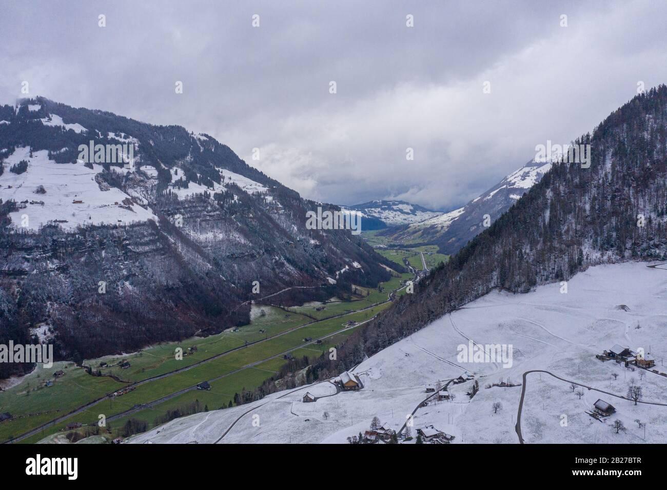 Fantástico paisaje nevado en las montañas: Material de vuelo aéreo Foto de stock