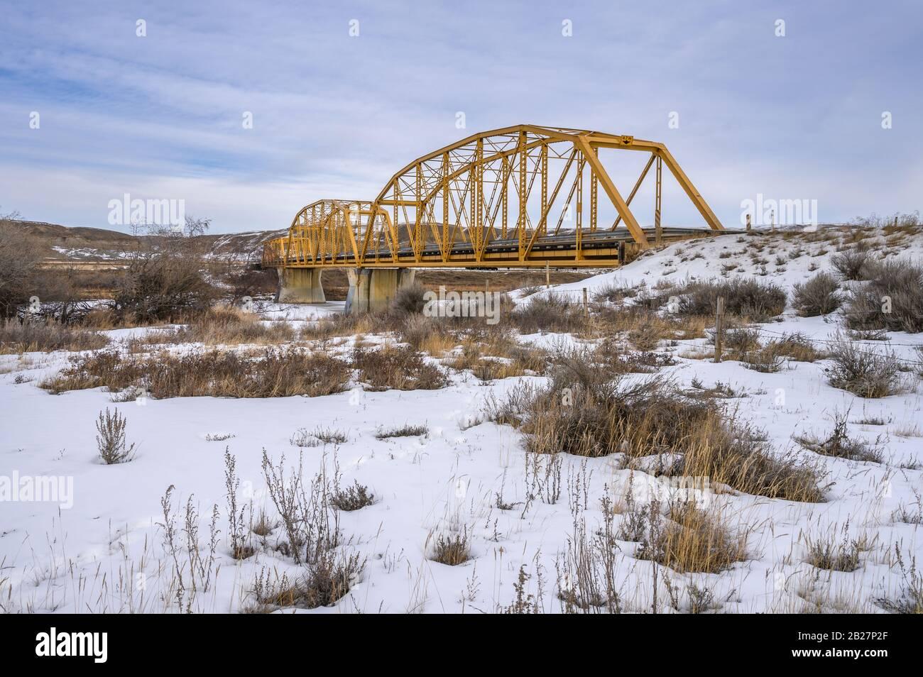 Vista invernal del antiguo puente de acero al otro lado del río Red Deer en Dorothy, Alberta, Canadá Foto de stock