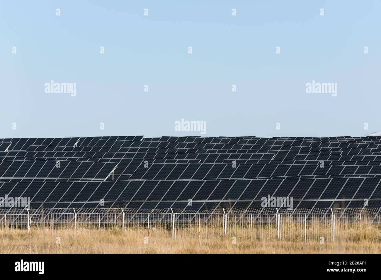 vista de una central de energía fotovoltaica Foto de stock