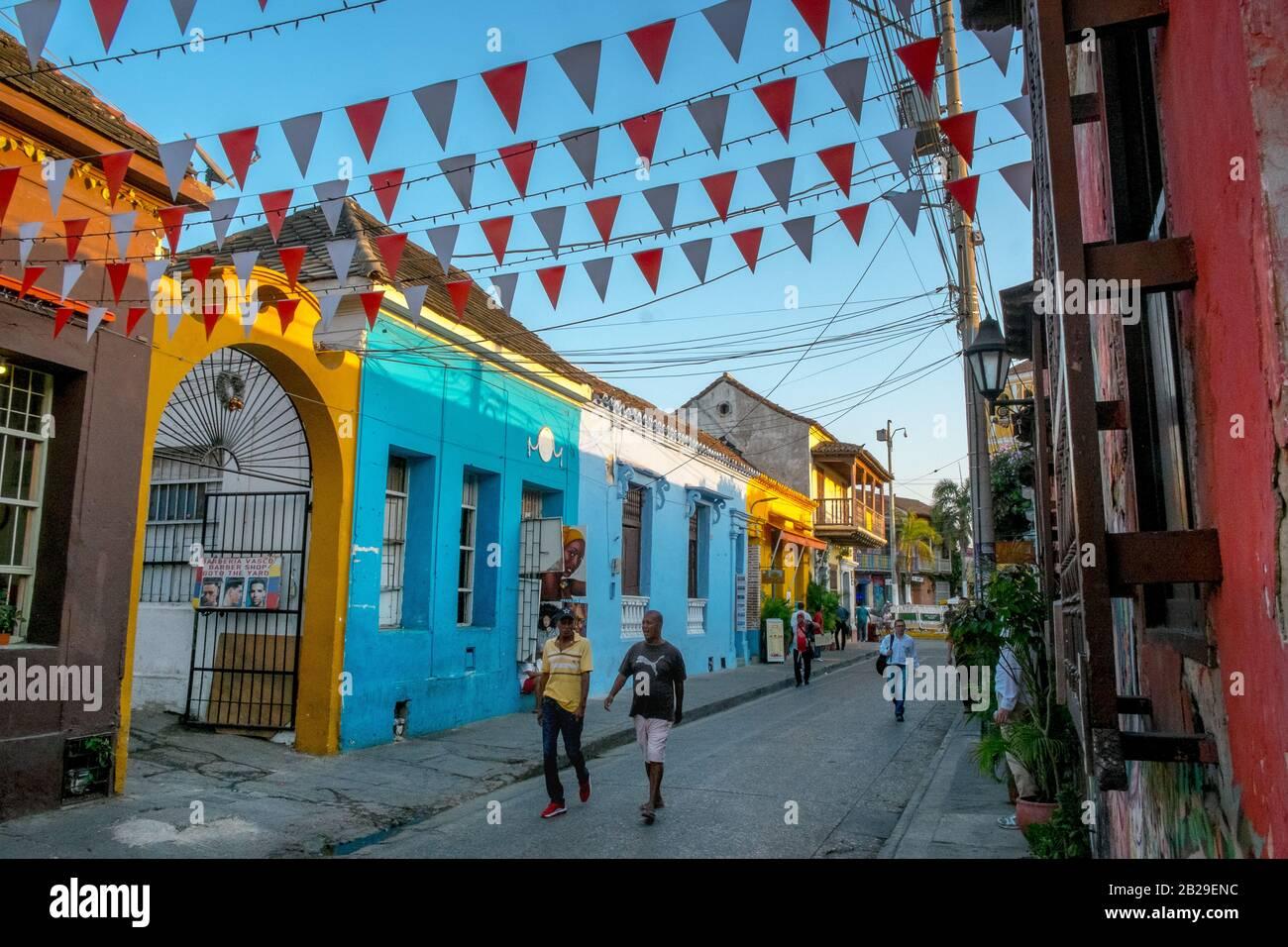 Gente caminando por casas coloridas en el Barrio Getsemaní, Cartagena, Colombia Foto de stock