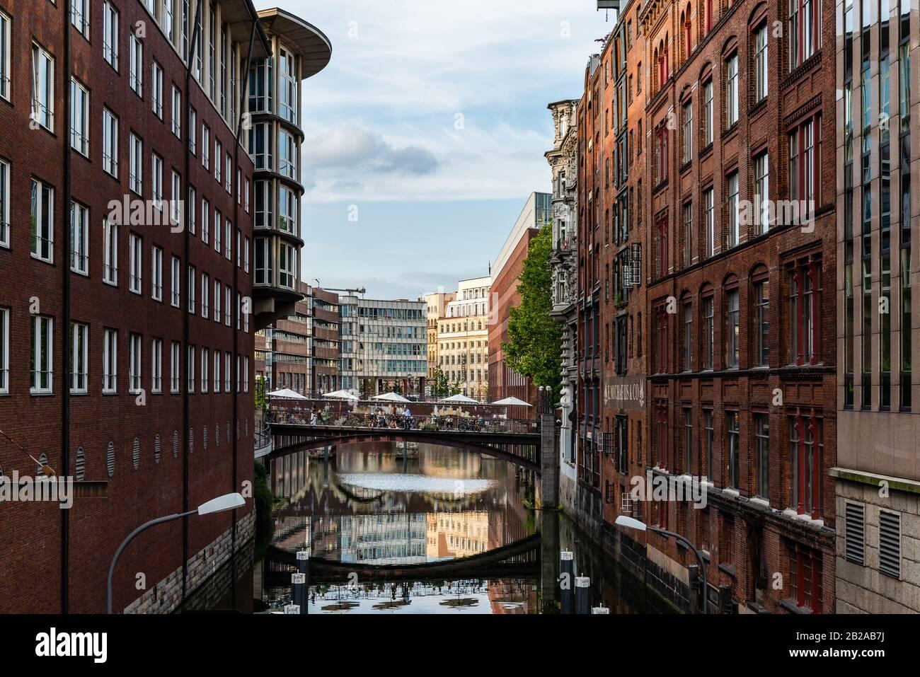 Hamburgo, Alemania - 4 de agosto de 2019: Vista panorámica del Canal Bleichenfleet en Hamburgo al atardecer Foto de stock