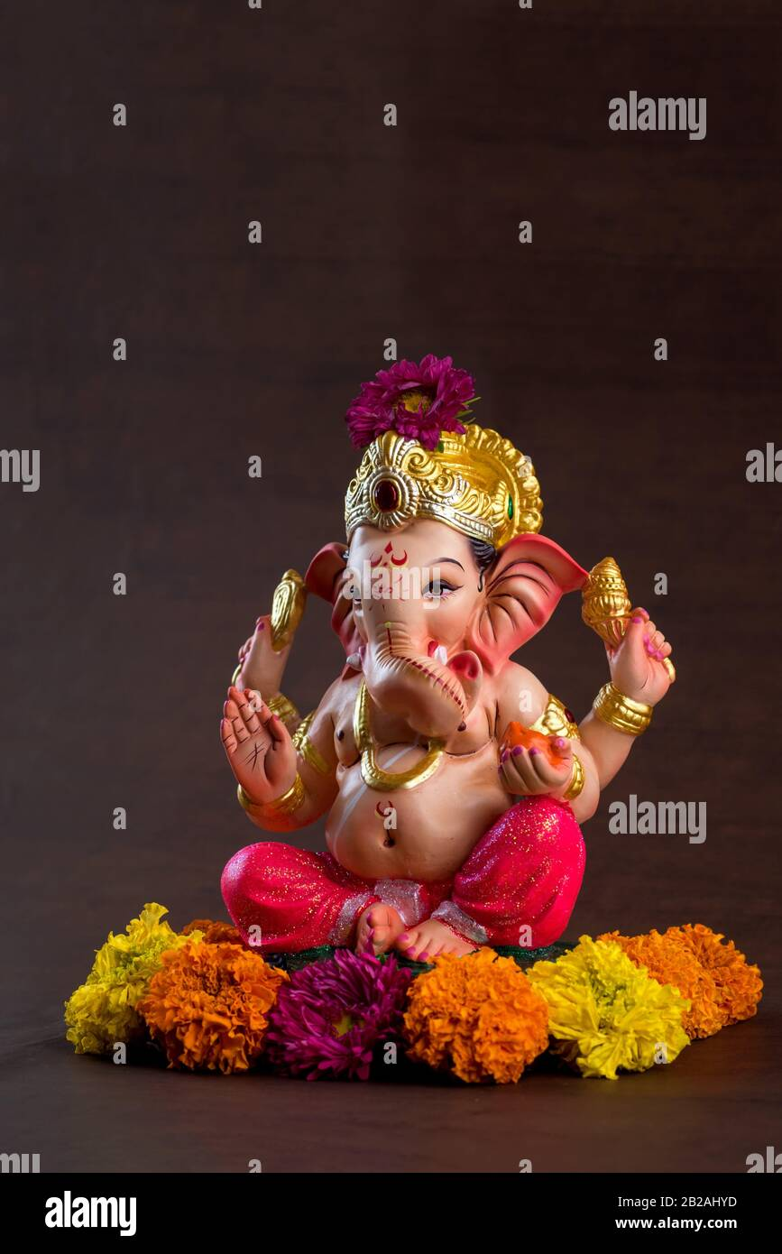 Dios hindú Ghanesa. Ganesha Idol sobre fondo de madera oscura. Foto de stock