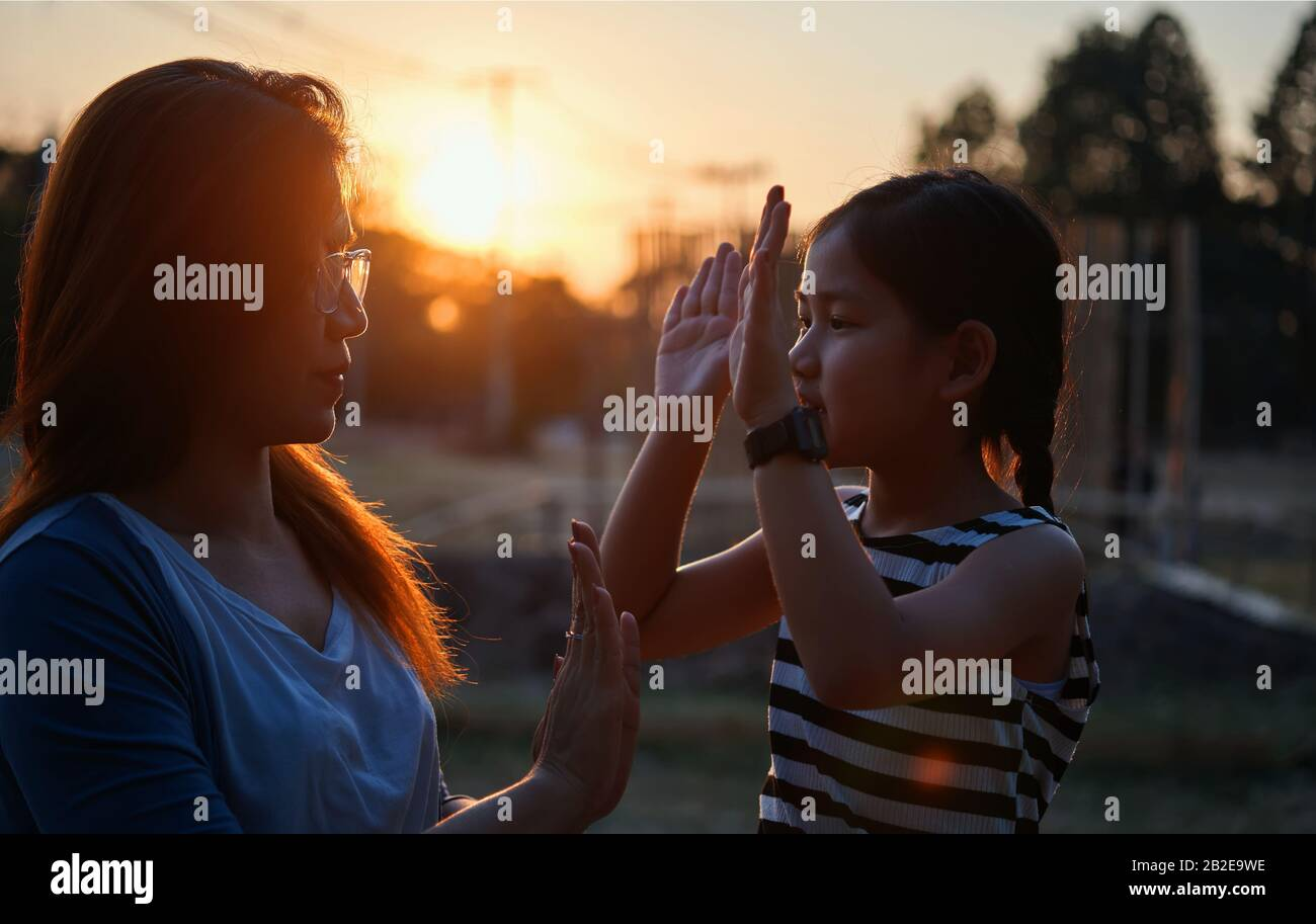 Madre e hija jugando juntos Foto de stock