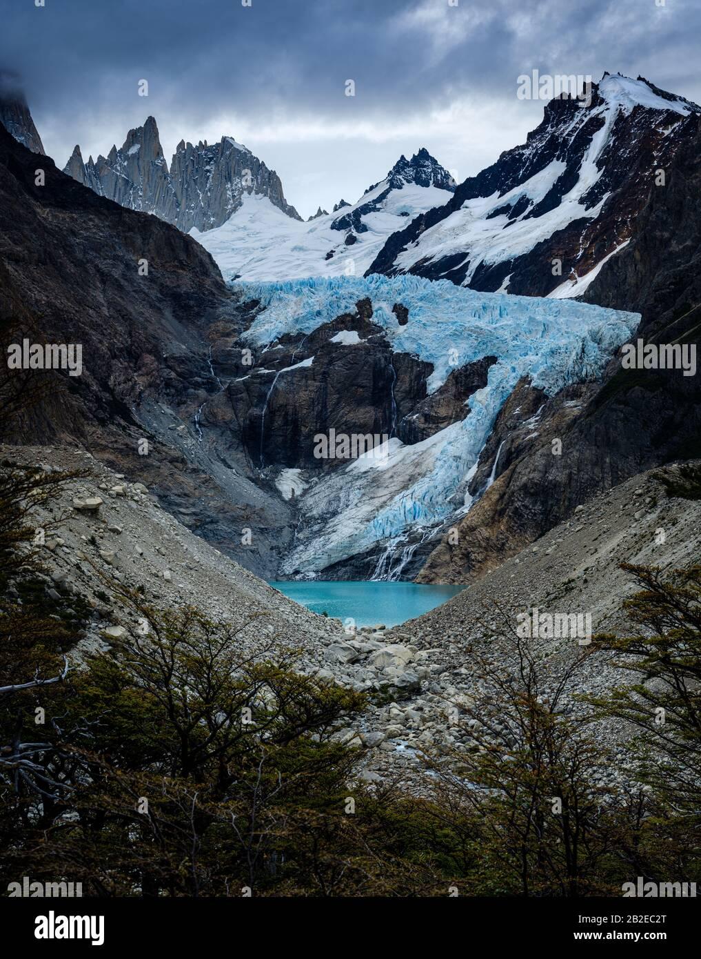 PARQUE Nacional LOS GLACIARES, ARGENTINA - ALREDEDOR DE FEBRERO 2019: Montañas y Glaciar Piedras Blancas cerca de el Chalten en el Parque Nacional los Glaciares Foto de stock