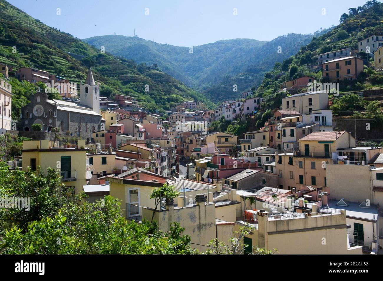 Riomaggiore tiene vistas al mar en la provincia de la Spezia, está en el parque natural de Cinque Terre en Liguria, en el noroeste de Italia. Está en la lista del Patrimonio Mundial de la UNESCO Foto de stock