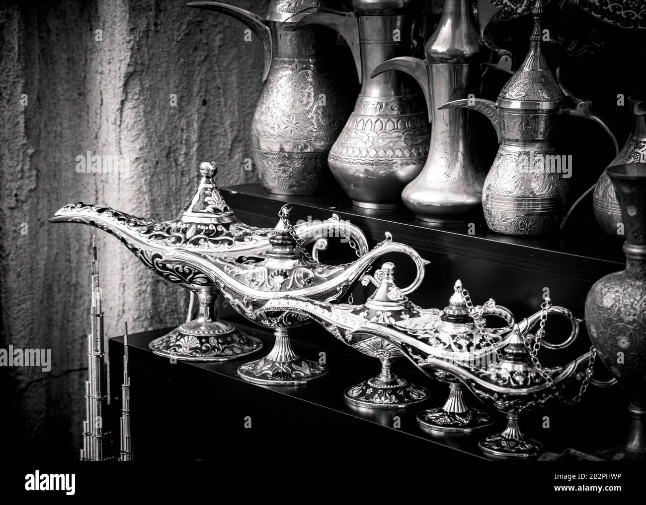 Primer plano blanco y negro de lámparas mágicas y cafeteras tradicionales de estilo árabe. Foto de stock