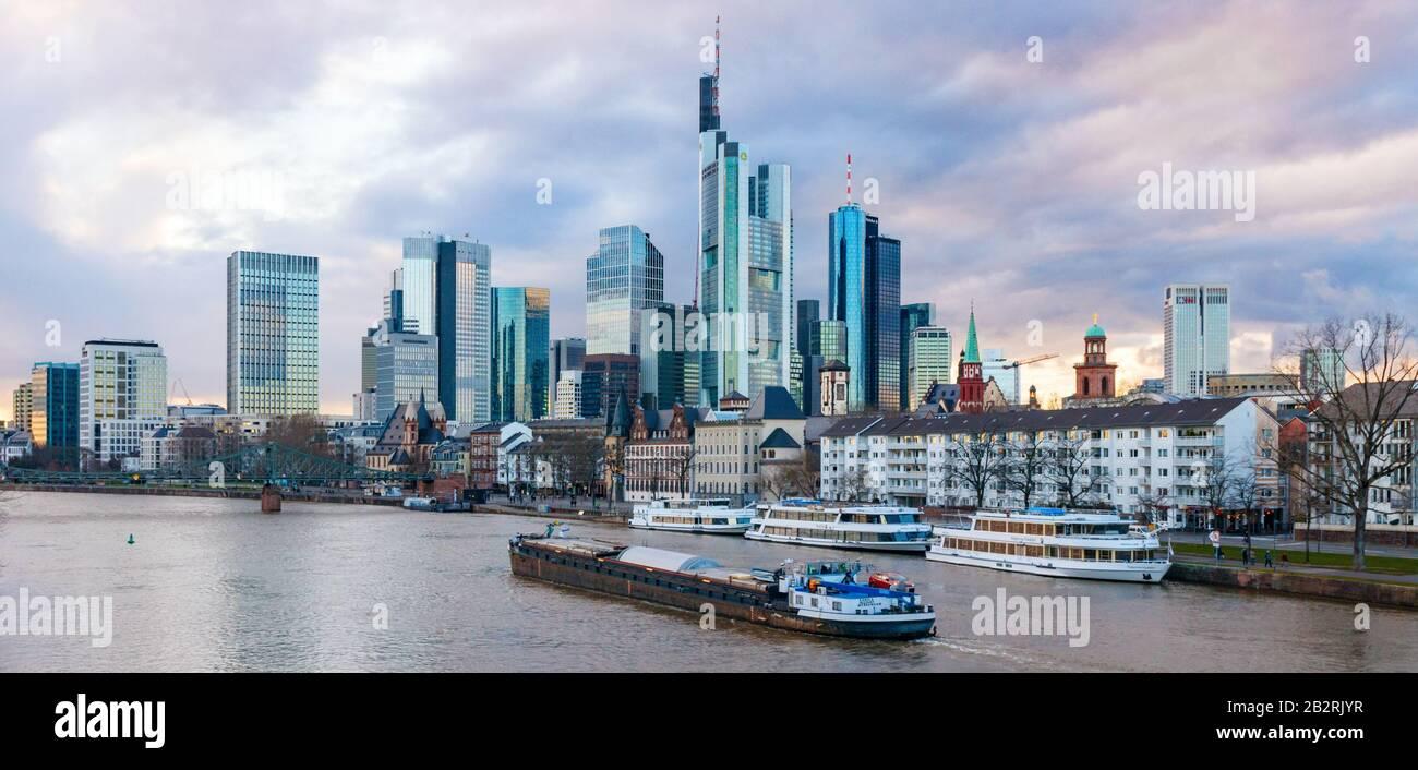 Vista panorámica de Skyscapers del Bankenviertel (Central Business Disctrict, CBD) y del río Main durante la puesta de sol. Frankfurt am Main, Alemania. Foto de stock