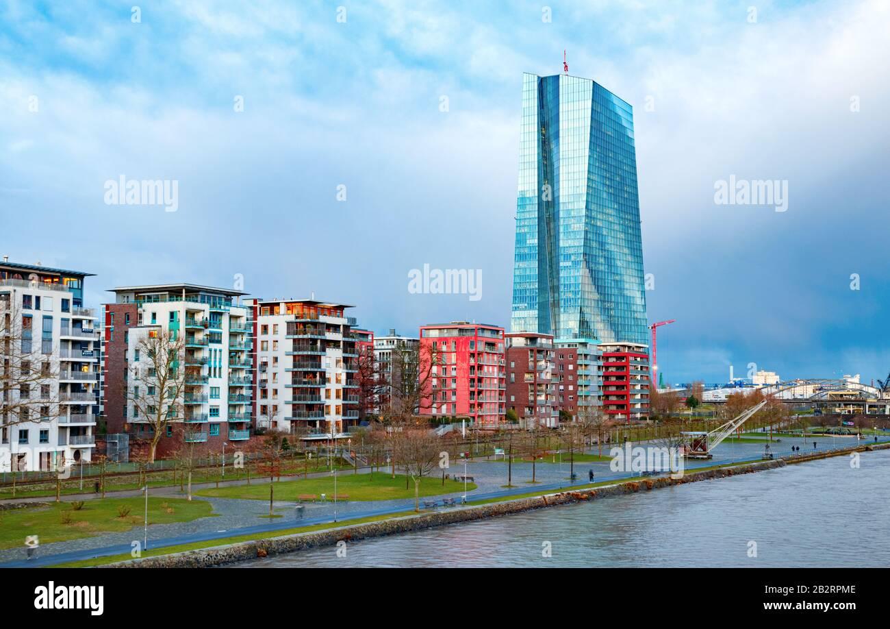 Edificio de la sede del Banco Central Europeo (BCE) y edificios residenciales a lo largo del río Main. Frankfurt am Main, Alemania. Foto de stock