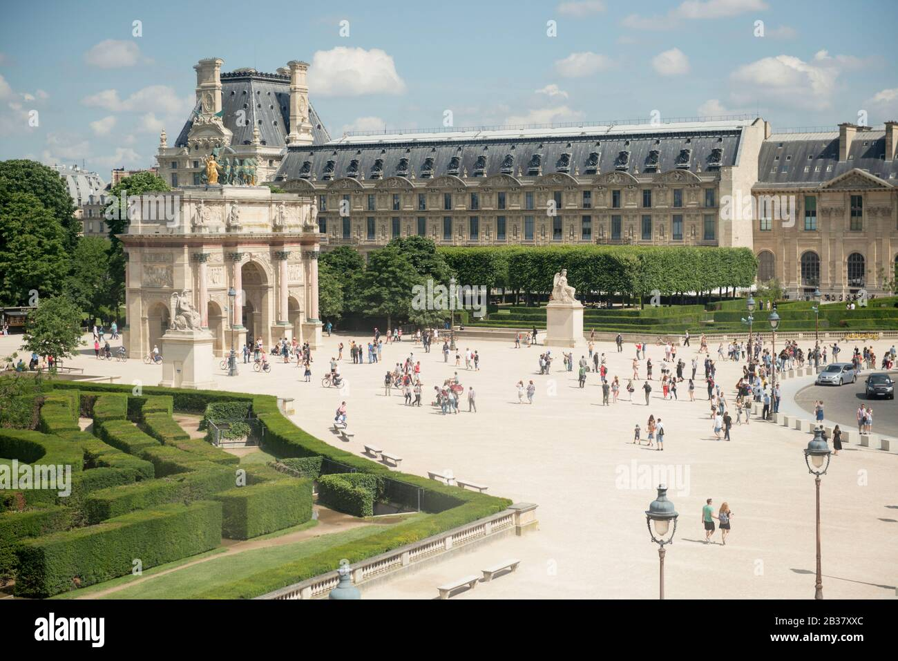 Vista de verano del Jardín y del Arco del Triunfo du Carrousel junto al Louvre, París, Francia Foto de stock