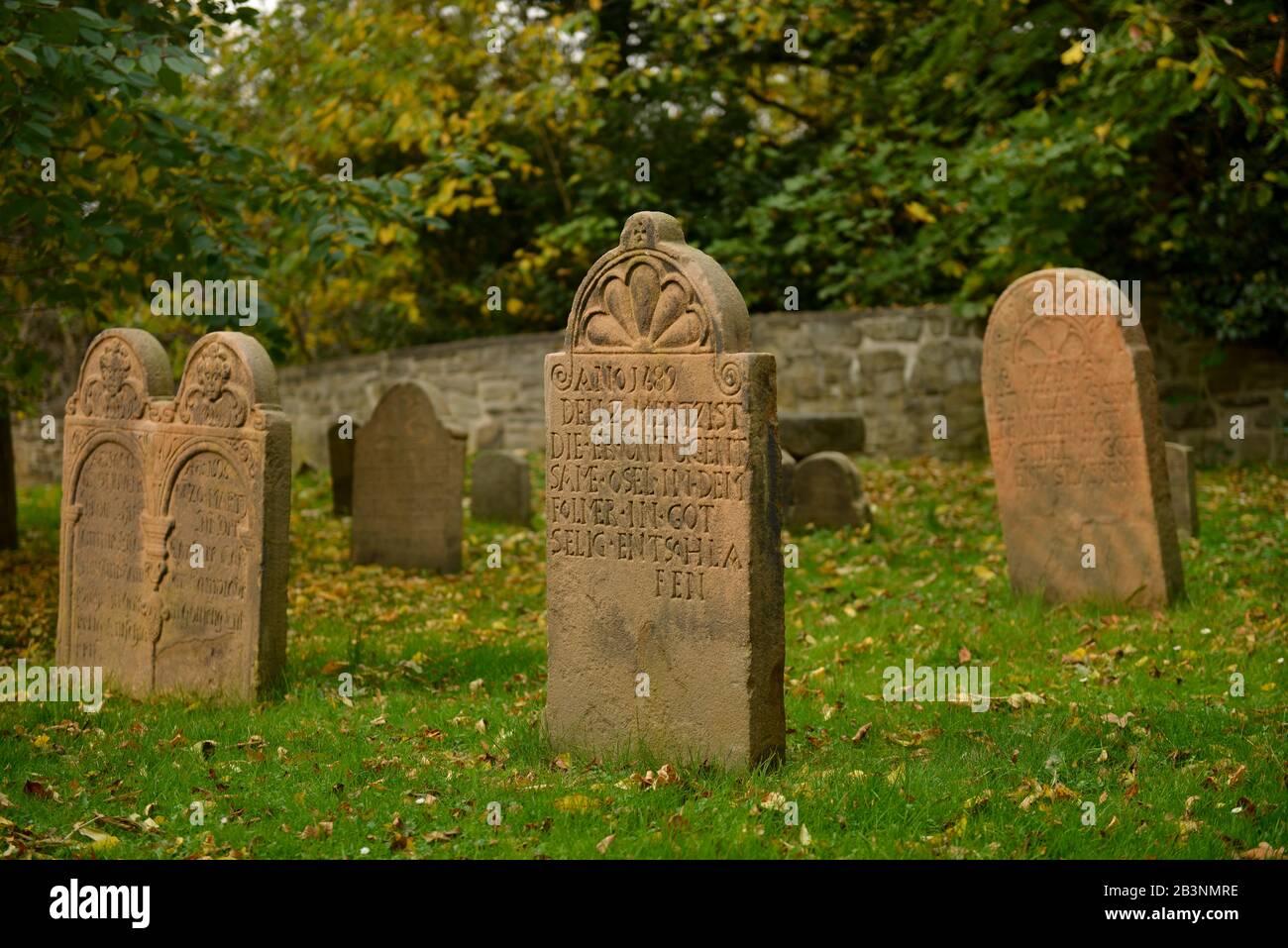 Grabsteine, Friedhof Dorfkirche Stiepel, Brockhauser Strasse, Stiepel, Bochum, Nordrhein-Westfalen, Deutschland Foto de stock