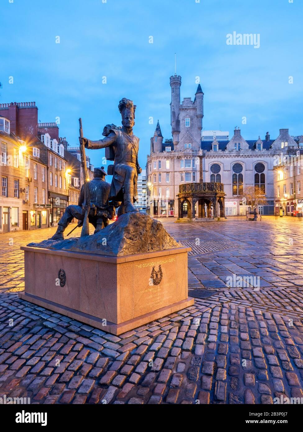 La estatua de Gordon Highlanders del escultor Mark Richards en Castle Street con la cruz de Mercat detrás en Aberdeen Escocia Foto de stock