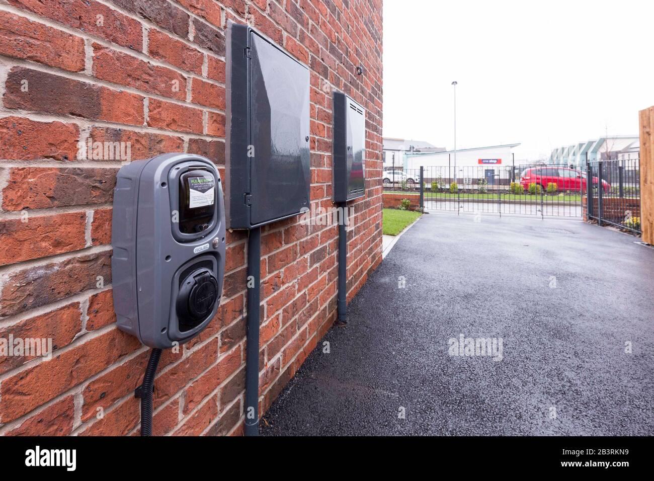 Punto de carga de coches eléctricos en una casa en Inglaterra Foto de stock