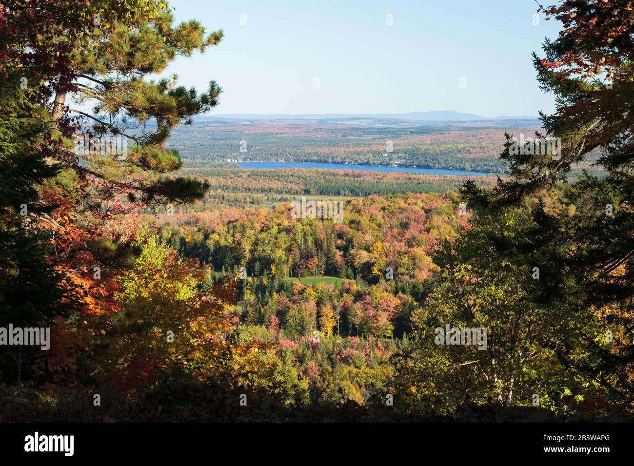 Monte Adstock en otoño con vistas al lago Saint-Francois cerca de Thetford Mines. Cc. Canadá Foto de stock