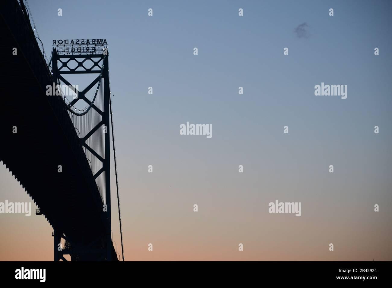 Vista del puente Ambassador desde Windsor, Ontario. Detroit - Canadá cruce fronterizo al atardecer. Espacio para texto en el cielo. Foto de stock