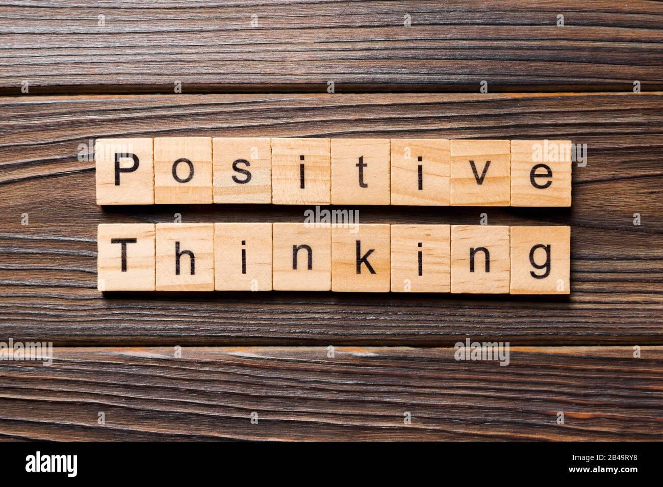 Pensamiento positivo palabra escrita sobre un bloque de madera. El pensamiento positivo texto en tabla, concepto. Foto de stock