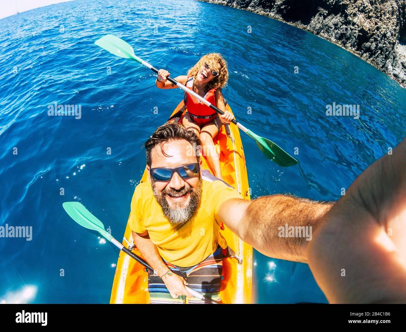 Pareja selfie con el punto de vista vertical superior - feliz activo adulto gente disfrutar kayak en el océano - turista de verano en vacaciones estilo de vida - cámara de acción y hombre y mujer alegre Foto de stock
