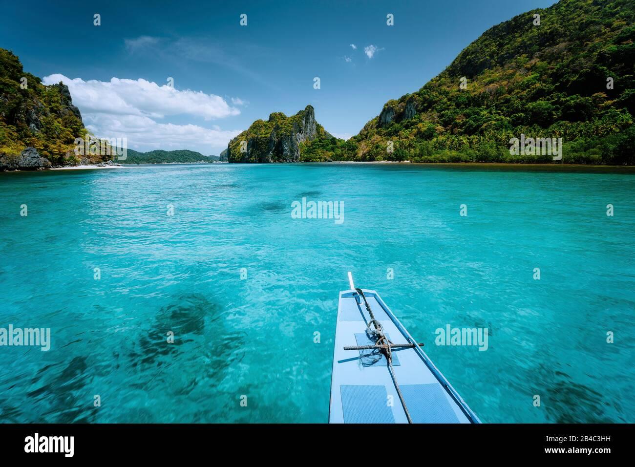 Viaje en barco a las islas tropicales el Nido, Palawan, Filipinas. Empinadas montañas verdes y laguna de aguas azules. Descubra explorar la naturaleza única, viaje al paraíso. Foto de stock