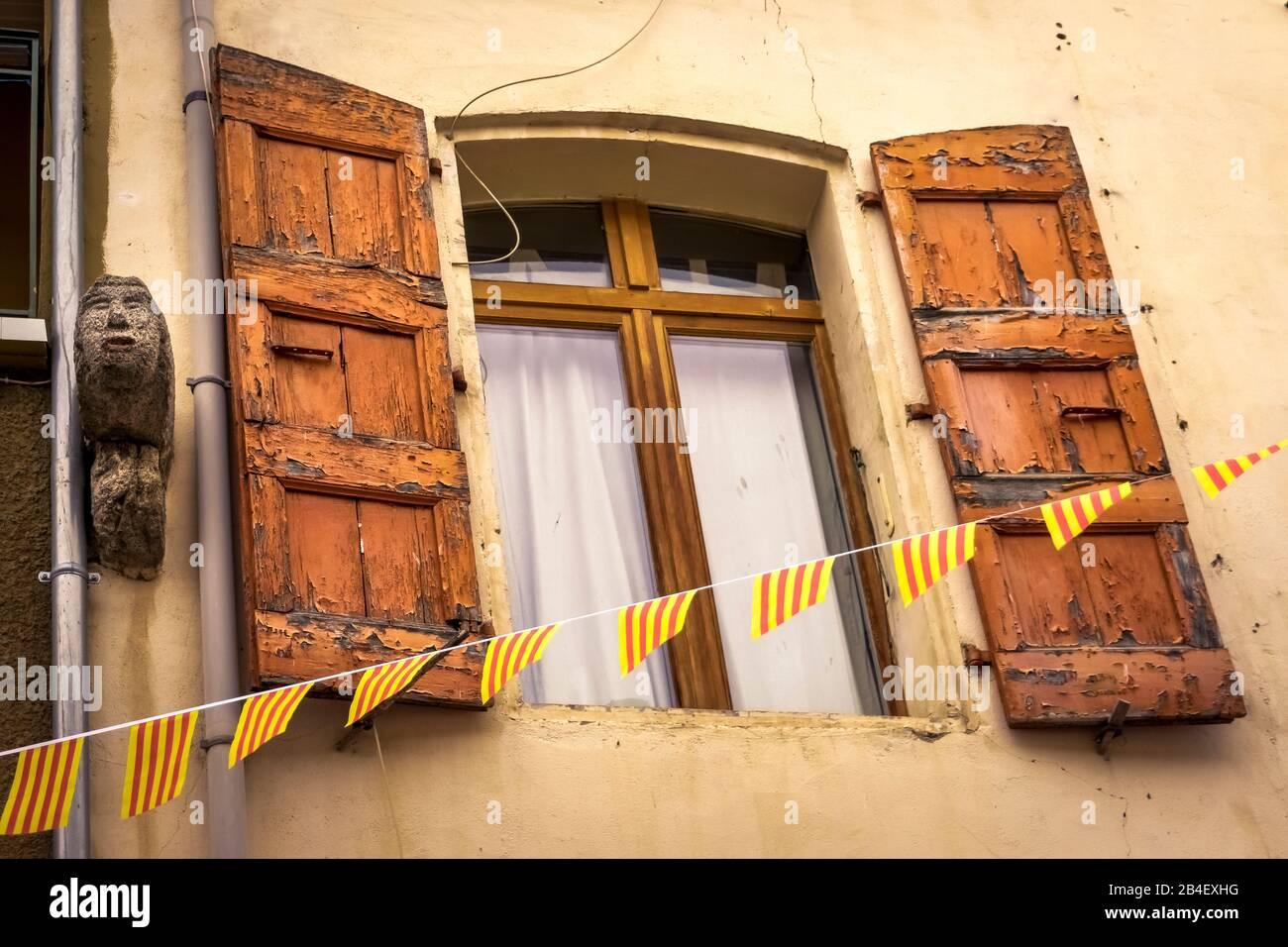 Ventana con persianas de madera en Molitg les Bains Foto de stock
