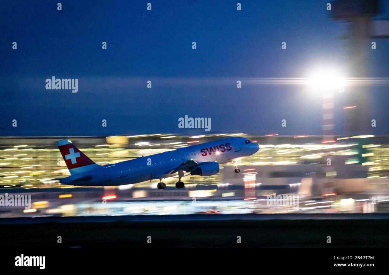 Aeropuerto Internacional de DŸsseldorf, DUS, avión de despegue, Airbus SUIZO, Foto de stock