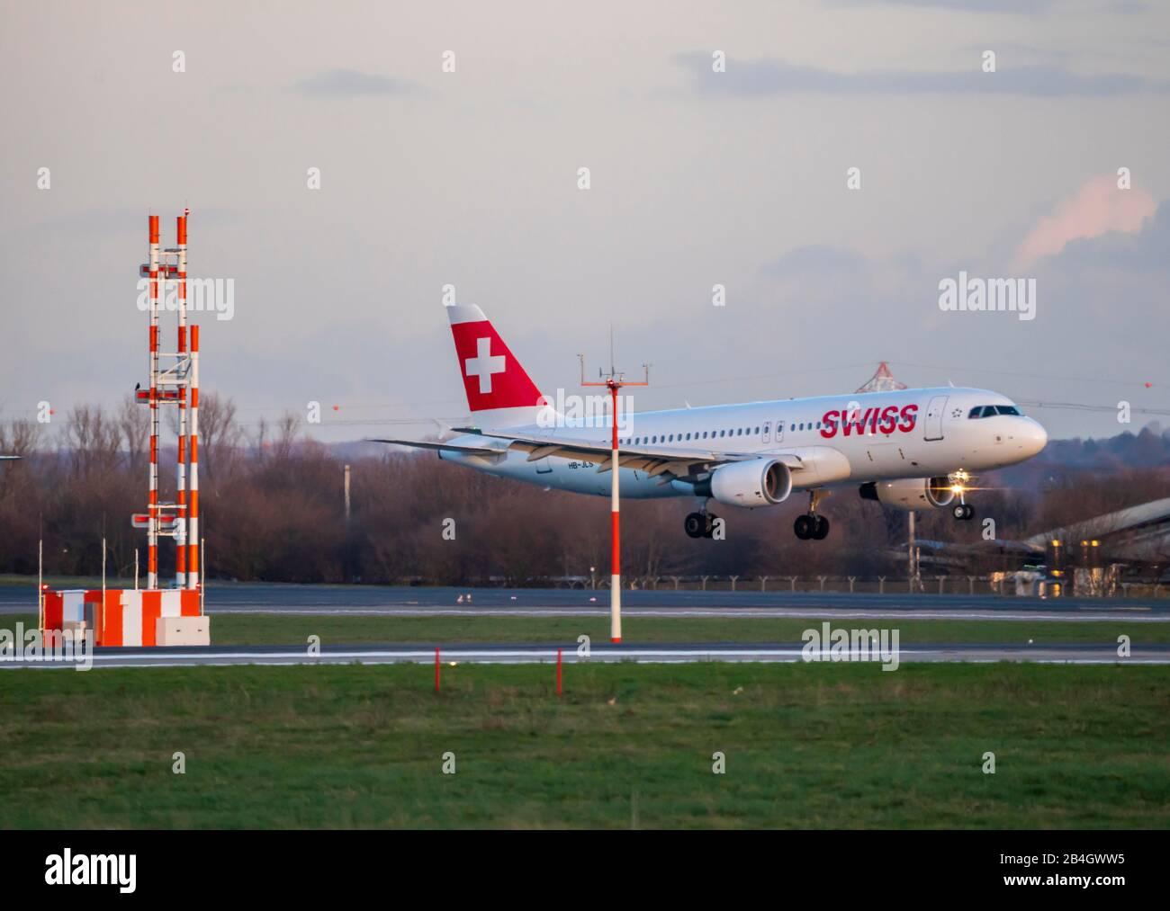 Aeropuerto Internacional de DŸsseldorf, DUS, avión de aterrizaje, SUIZA, Airbus, Foto de stock