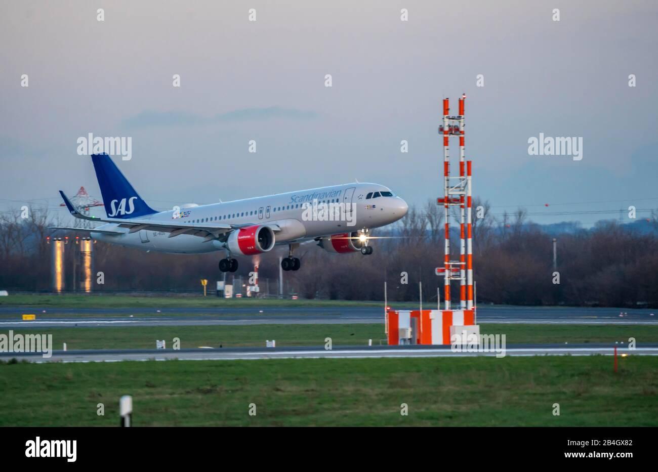 Aeropuerto Internacional de DŸsseldorf, DUS, avión en aterrizaje, SAS, Airbus A320 Foto de stock