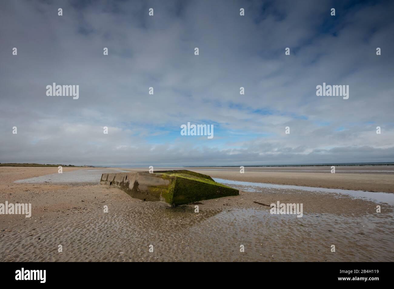 Normandía, búnker alemán, colorido, pared atlántica, marea baja, Foto de stock