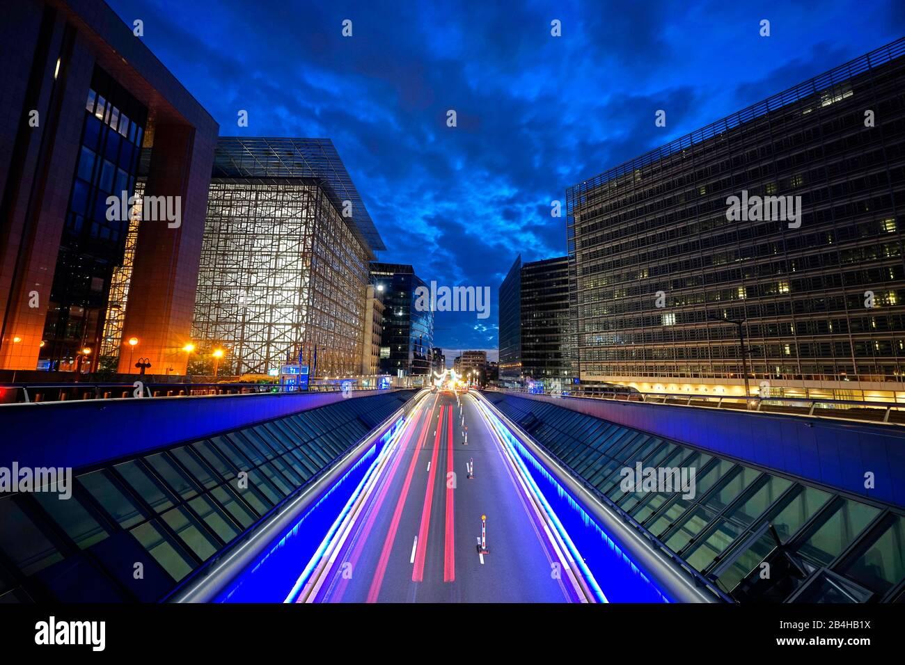 Europa, Bélgica, Bruselas, Barrio Europeo, izquierda Consejo de Europa, derecha Comisión Europea, tarde, calle, franjas de luz Foto de stock