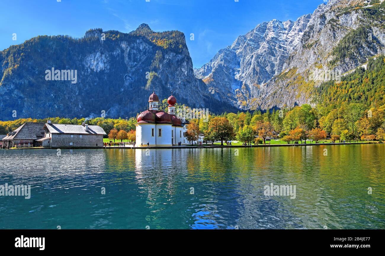 Orilla del lago de San Bartolomé con capilla y Watzmannostwand (2713m) en el Parque Nacional Königssee, municipio Schönau am Königssee, Berchtesgadener Land, Alta Baviera, Baviera, Alemania Foto de stock