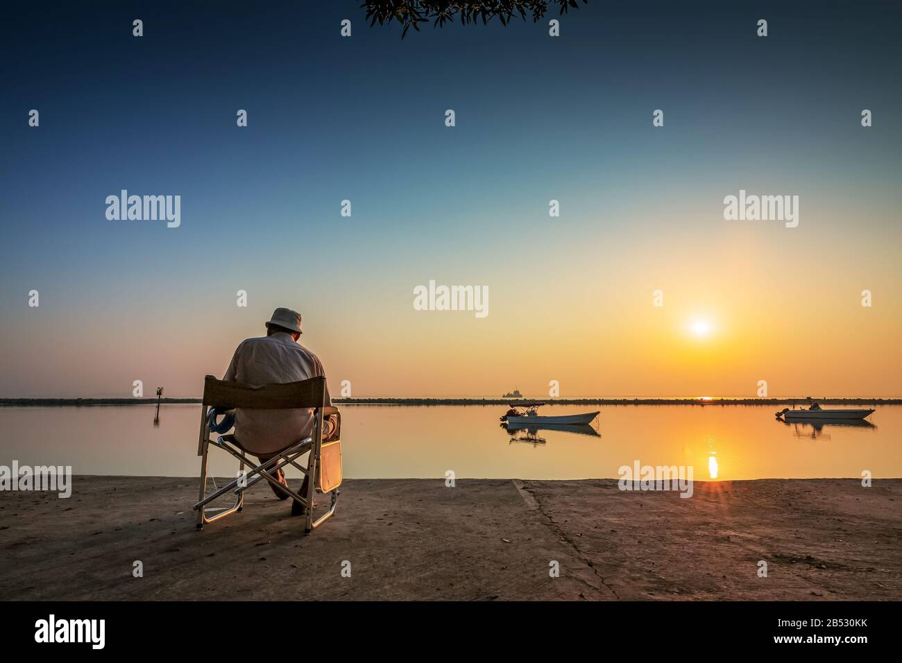 Fin de semana Old Man pesca en Dammam lado del mar Arabia Saudita. Foto de stock