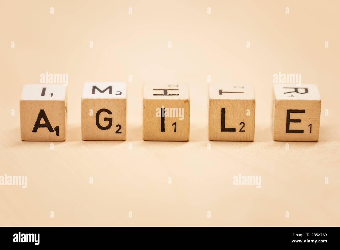 Primer plano de la palabra Agile en bloques de madera, concepto de fondo Foto de stock