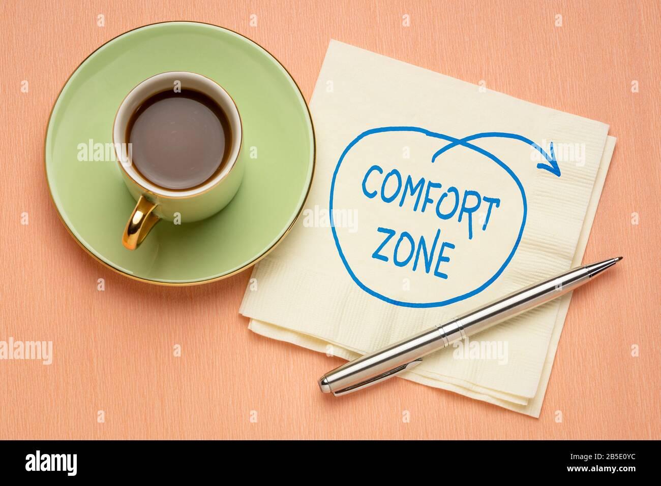salga del concepto de zona de confort - doodle motivacional en una servilleta con una taza de café, desafío, motivación y desarrollo personal Foto de stock